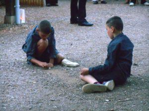 Jeu de billes - écoliers en 1983